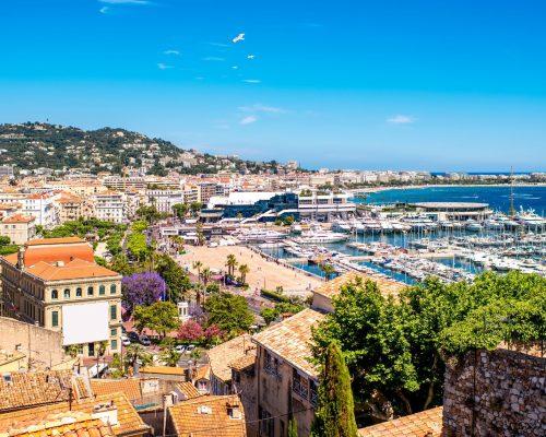 vue urbain sur la Côte d'Azur avec des yachts dans la ville de Cannes