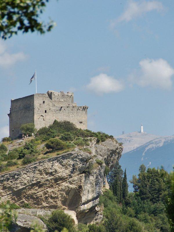 Château_de_Vaison-la-Romaine avec vue sur le Mont Ventoux