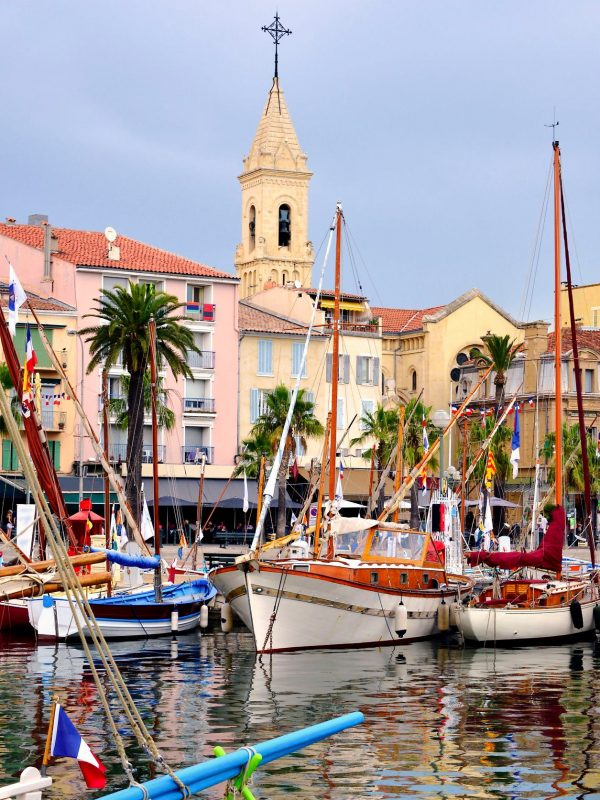 Port de Sanary-sur-Mer et son église - Visit Provence France.jpg
