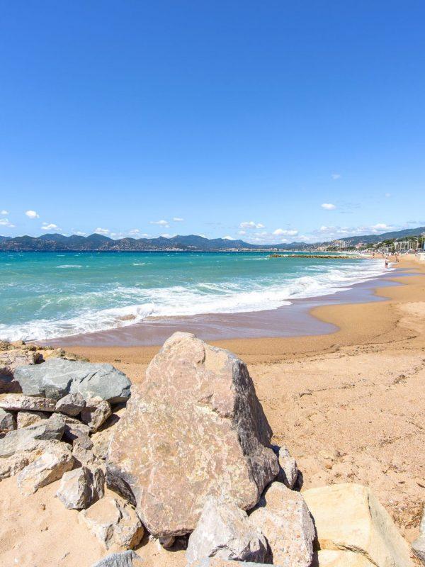 Vue ensoleillée à la plage de sable - Cannes - Visit Provence France France