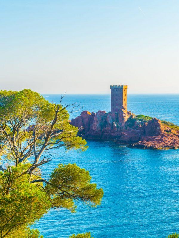 tour d'observation sur un petit îlot près du cap du dramont - Visit Provence Frane